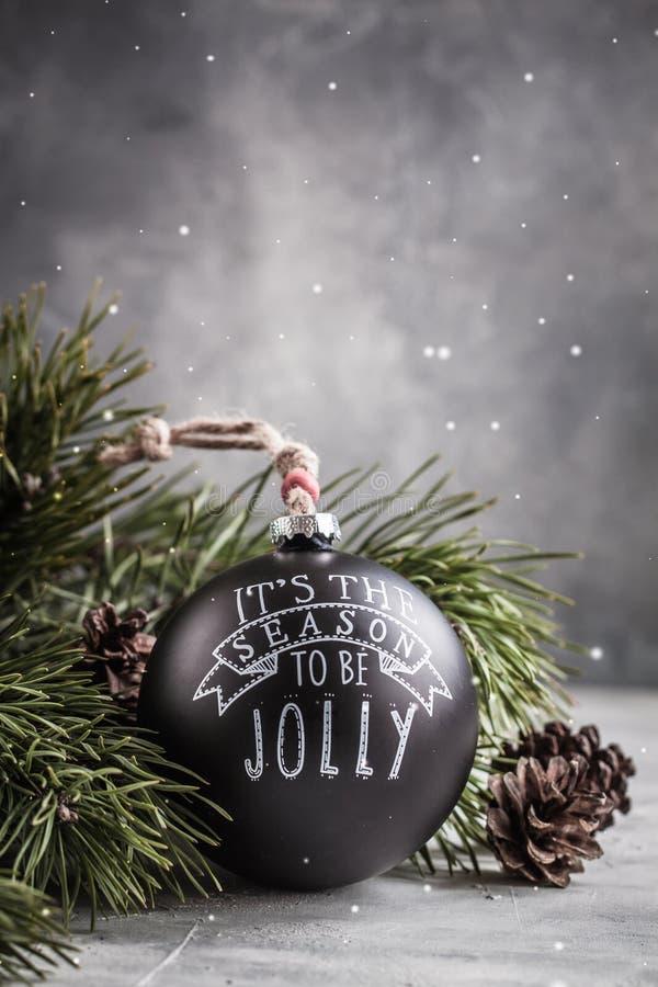 在灰色背景的葡萄酒黑圣诞节球玩具与拷贝空间 库存图片