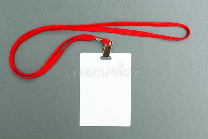 在灰色背景隔绝的空白的徽章大模型 简单的空的名牌嘲笑与红色串 库存图片