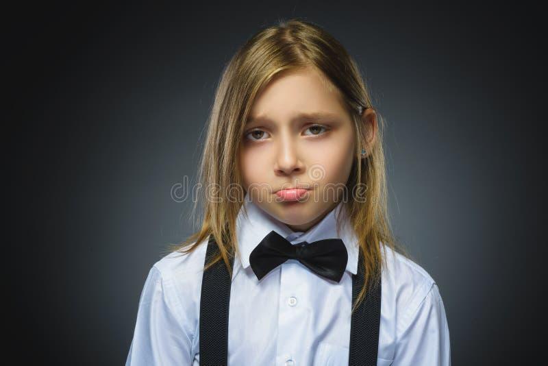 在灰色背景隔绝的进攻女孩画象 消极人的情感,表情 特写镜头 图库摄影
