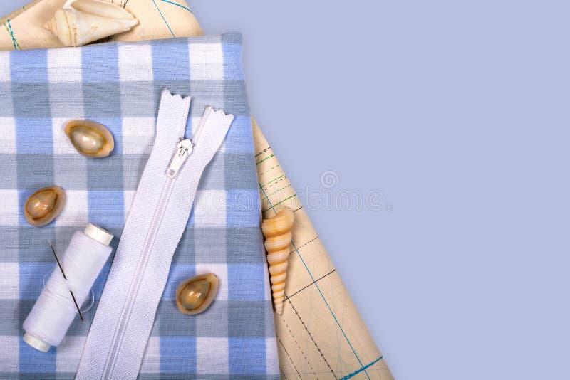与笼子的样式和模板的织品缝合的衣裳的 库存图片