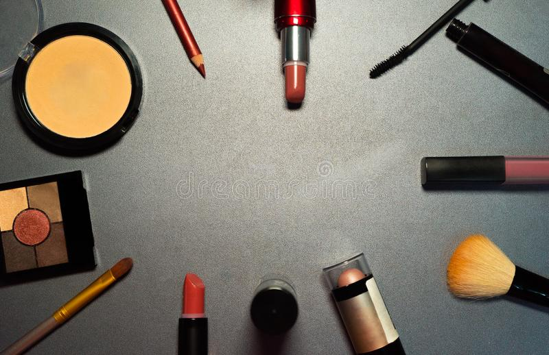 在灰色背景,特写镜头,妇女构成,女性工具的化妆用品 免版税库存图片