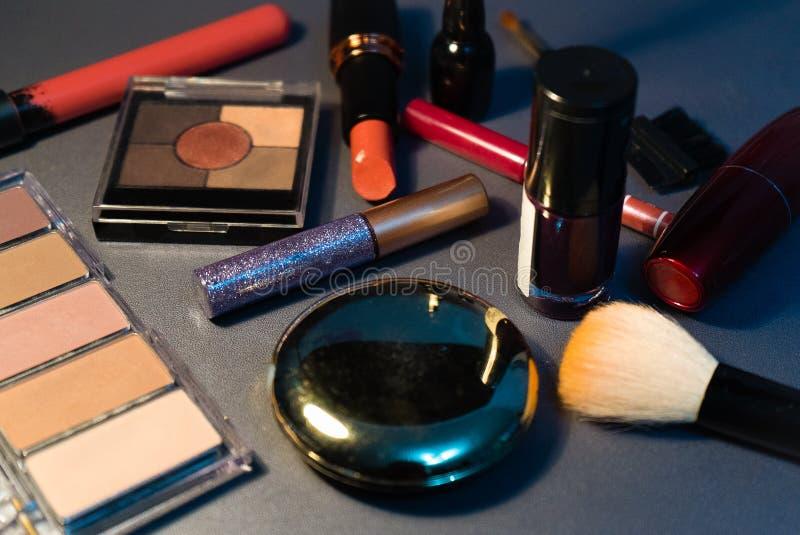 在灰色背景,特写镜头,妇女,时尚的化妆用品 免版税库存图片