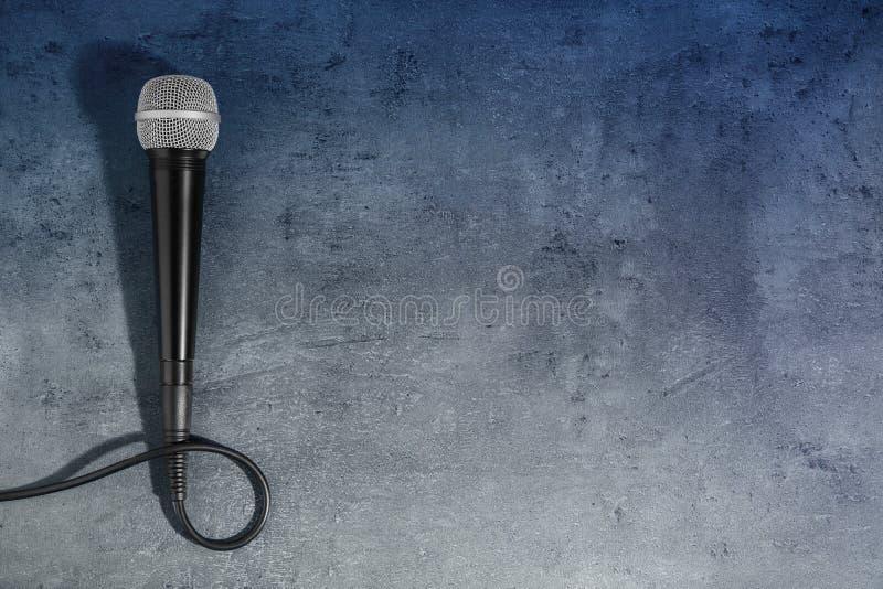 在灰色背景,顶视图的现代话筒 免版税图库摄影