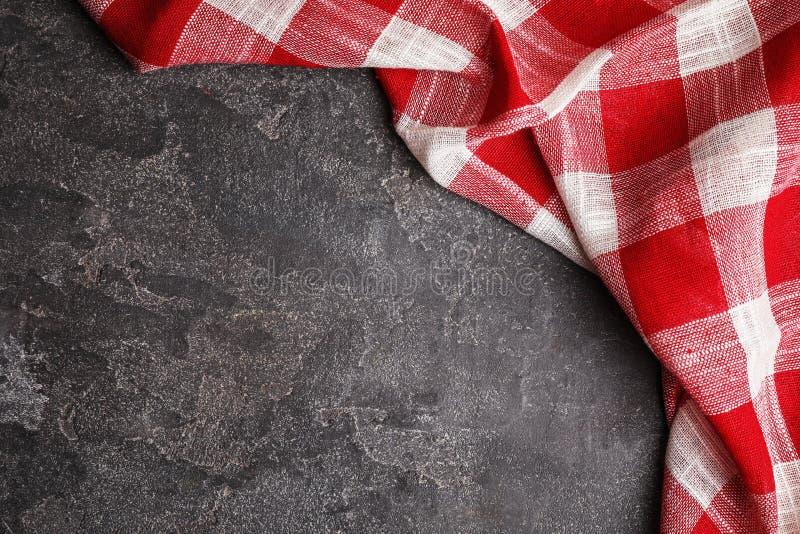 在灰色背景,顶视图的红色格子花呢披肩洗碗布 空间为 库存图片