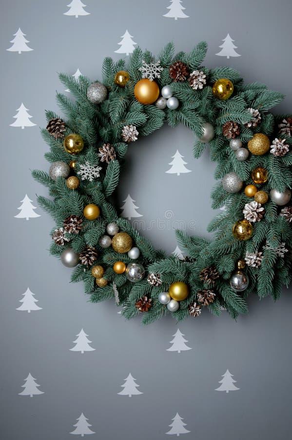 在灰色背景,顶视图,平的位置,冬天的圣诞节花圈 库存图片