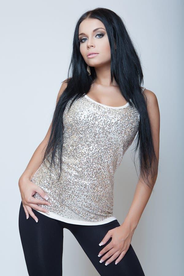 在灰色衬衣的有吸引力的深色的女孩时尚样式 图库摄影