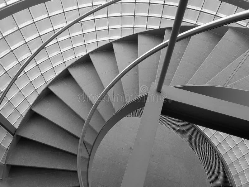 在灰色颜色的螺旋形楼梯 免版税库存照片
