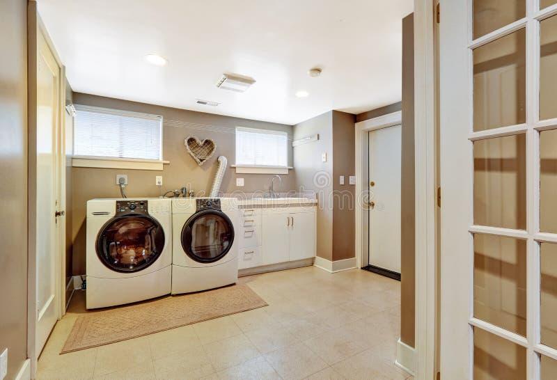 在灰色颜色的洗衣房内部 免版税库存图片