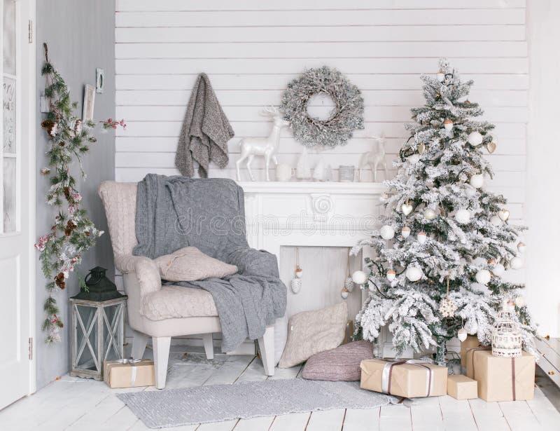在灰色颜色装饰的时髦的圣诞节内部 免版税库存照片