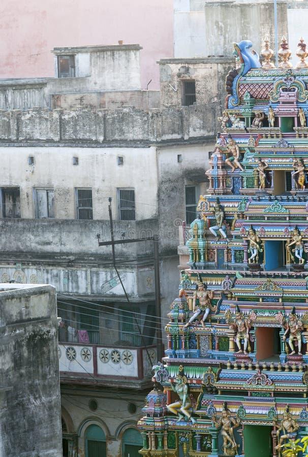 在灰色邻里背景的照片五颜六色的印度寺庙,摄制在市瓦腊纳西,印度2009年 库存照片