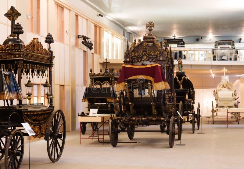在灵柩车博物馆内部的葡萄酒柩车  免版税库存图片