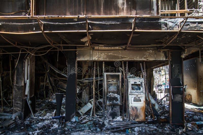 在灼烧的大厦以后的损伤在城市 免版税库存照片