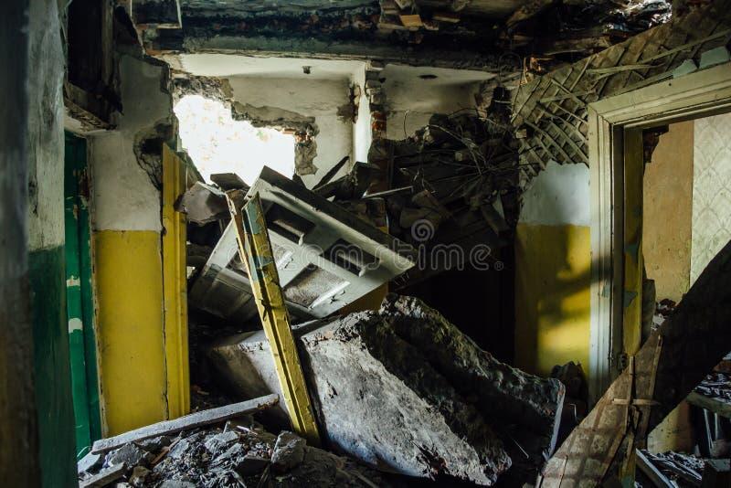 在灾害、战争或者地震以后的被破坏的房子 免版税库存图片