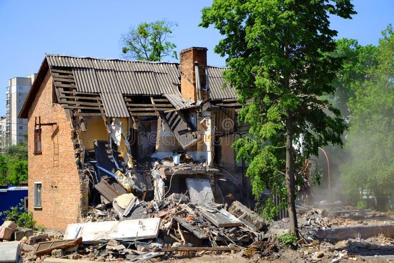 在灾害以后的被破坏的房子损伤 老大厦的爆破 免版税库存图片
