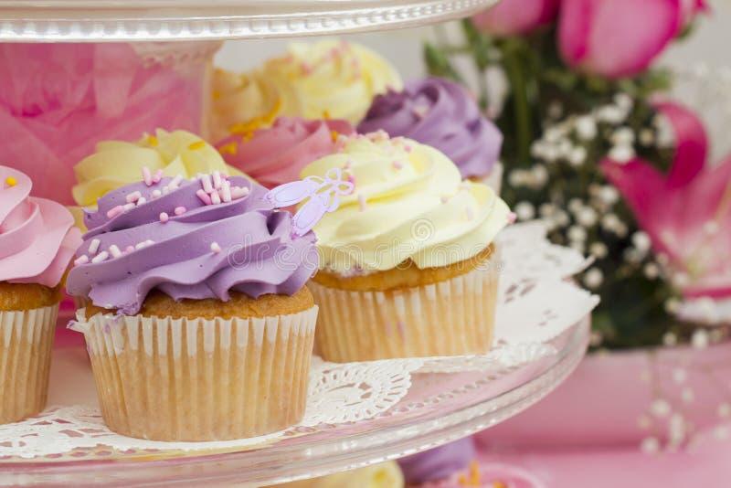 在点心桌上的鲜美五颜六色的杯形蛋糕 免版税图库摄影