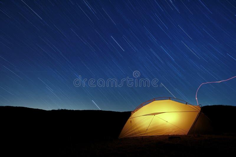在点燃帐篷的星足迹 库存图片