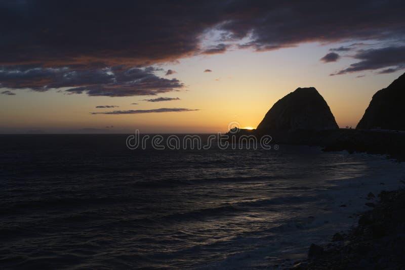 在点Mugu,太平洋,马利布,洛杉矶,加利福尼亚,美国的日落 免版税图库摄影