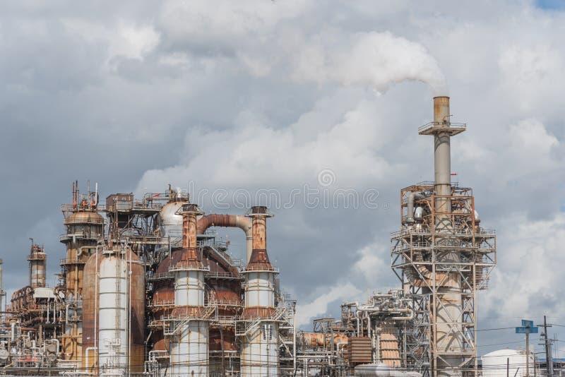 在炼油厂的烟囱在帕萨迪纳,得克萨斯,美国 免版税库存照片
