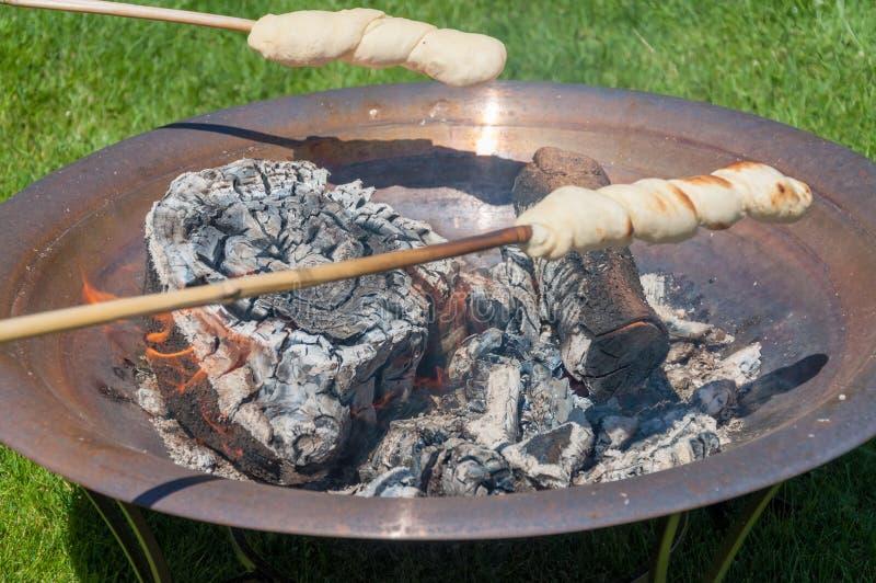 在烘烤上添面包开火-丹麦` Snobrød ` 免版税库存照片
