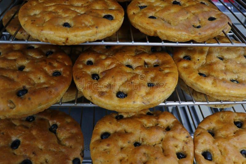 在烘烤的盘子的意大利橄榄色的focaccia面包 库存图片
