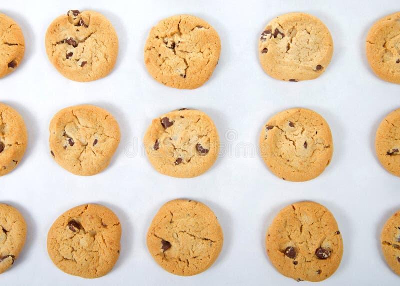 在烘烤盘子的平的看法巧克力曲奇饼 库存照片
