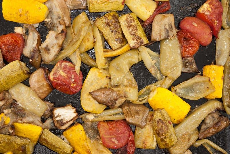 在烘烤盘子的烤菜 素食主义者食物 顶视图 图库摄影