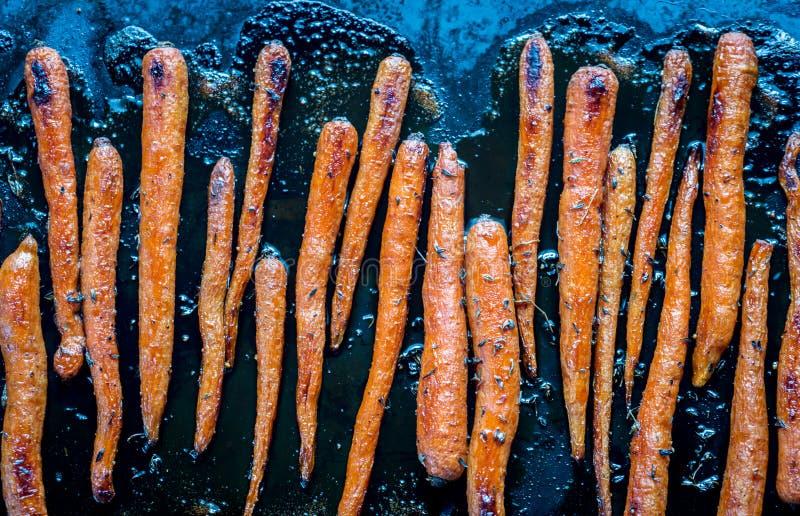 在烘烤盘子的给上釉的红萝卜 库存照片