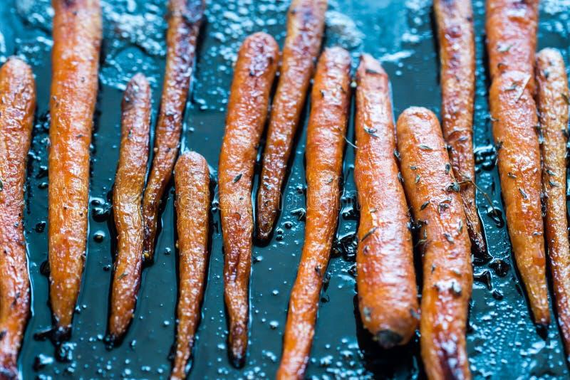 在烘烤盘子的给上釉的红萝卜 免版税库存照片