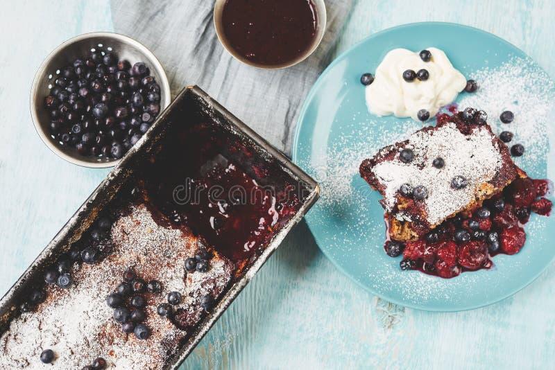 在烘烤锡的莓果碎屑在桌上 库存照片