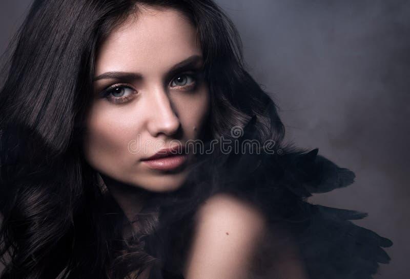 在烟云的黑天使 秀丽在黑暗的口气的特写镜头画象 库存照片