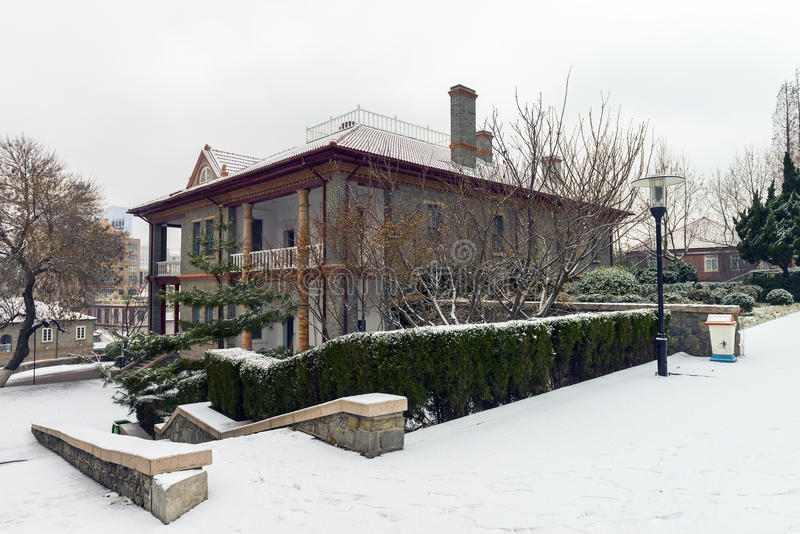在烟台小山公园里面的殖民地大厦沿一个访客轨道道路 免版税库存图片
