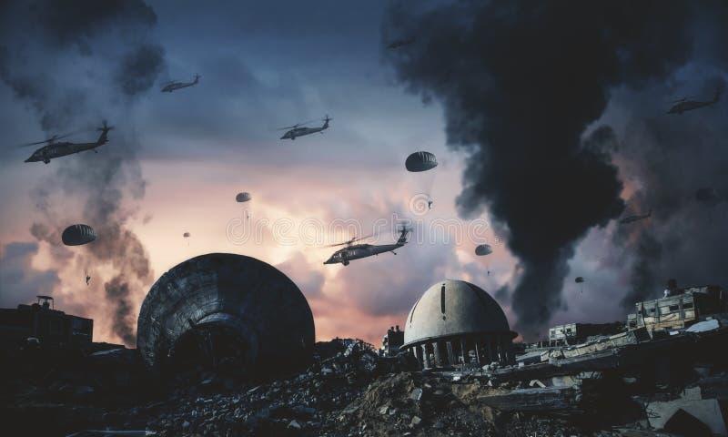 在烟和火之间的军用直升机 库存图片