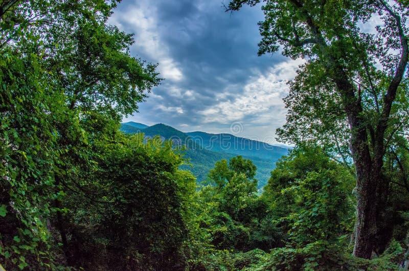 在烟囱岩石和湖附近的场面在蓝色背脊山n诱使 免版税库存照片