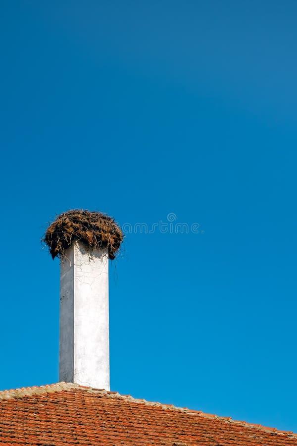 在烟囱的鹳巢 图库摄影