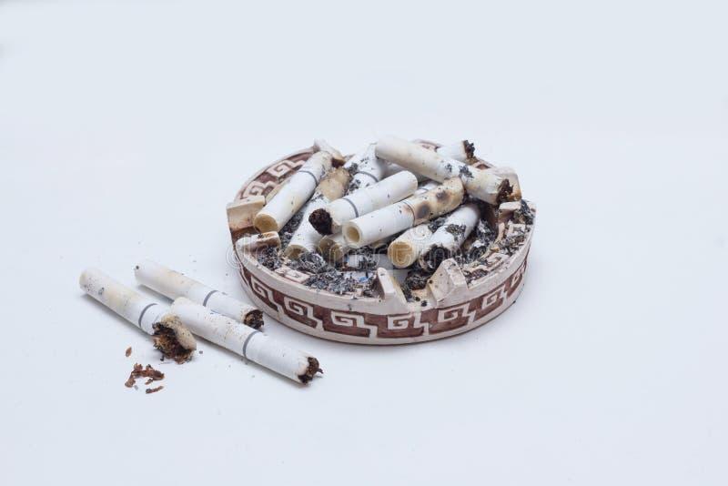 在烟灰缸的许多香烟香烟 免版税图库摄影