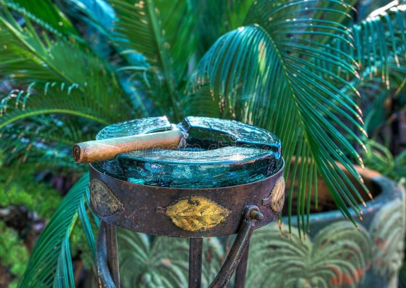 在烟灰缸的雪茄 免版税图库摄影