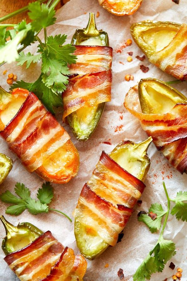 在烟肉包裹的墨西哥胡椒poppers充塞用乳酪晒干了用草本和香料,可口起始者 库存照片