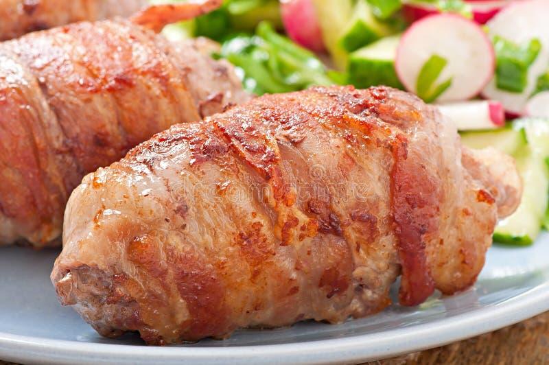 在烟肉小条包裹的烤肉卷  免版税库存照片