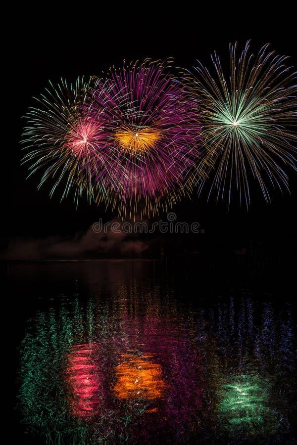 在烟花的巨大的多色星在布尔诺的水坝表面有湖反射的 免版税库存图片