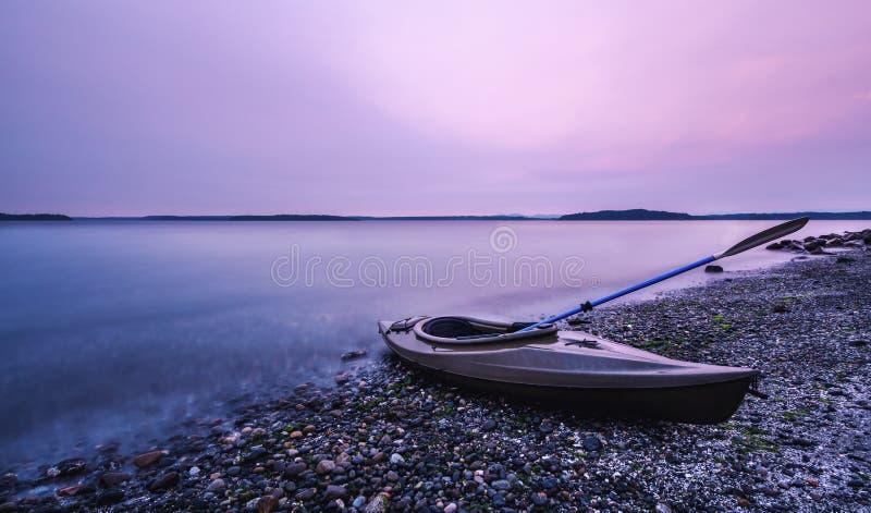 在烟雾弥漫的皮船小船 免版税库存照片