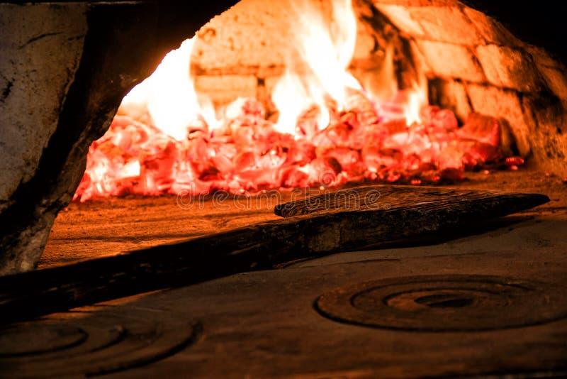 在烤箱和一把木铁锹的热 库存图片