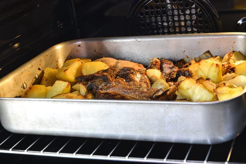 在烤箱烹调的意大利料理 牛肉和土豆 库存图片