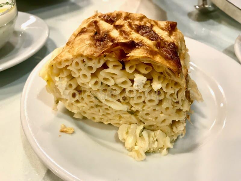 在烤箱的土耳其Makarna Boregi/博雷克或者被烘烤的通心面Timbale面团 免版税库存图片