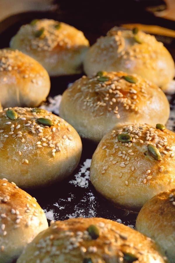 在烤箱的新鲜面包 免版税图库摄影