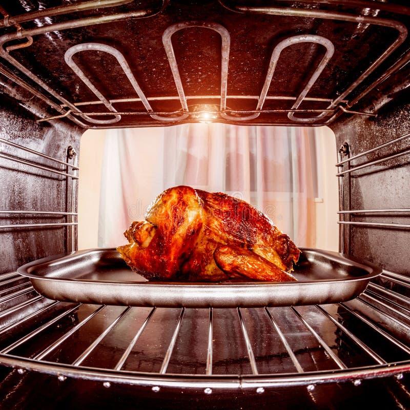 在烤箱的烤鸡 库存图片