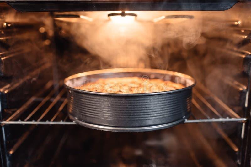 在烤箱的自创蛋糕 免版税库存图片