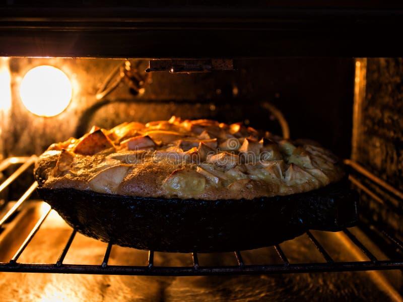 在烤箱的苹果饼 库存图片