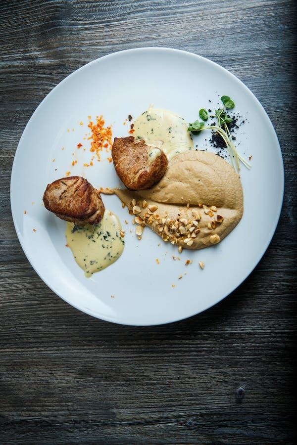 在烤肉两个鲜美片断的顶视图用纯汁浓汤和调味汁 免版税库存图片