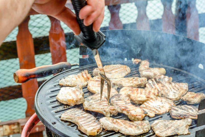 在烤肉格栅的猪肉剁 免版税图库摄影