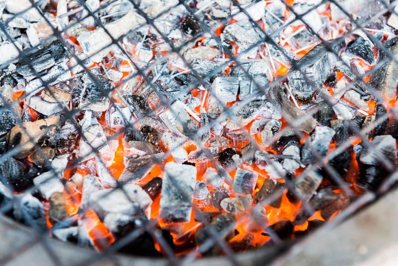 在烤肉火炉的热的煤炭 免版税库存照片
